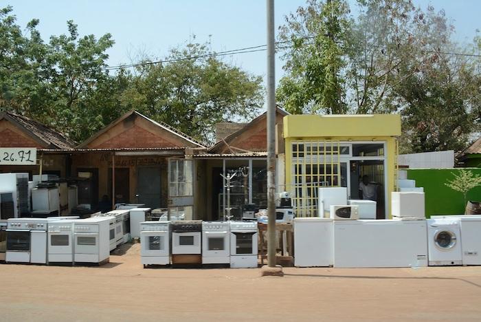 非洲路邊可見賣二手電子產品的攤位